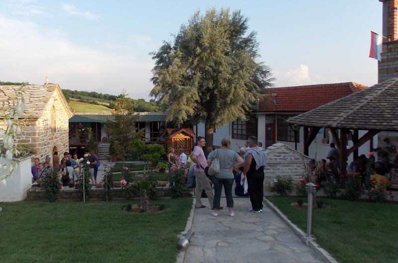 Raseljeni iz Suve Reke u poseti manastiru Sv Vraci