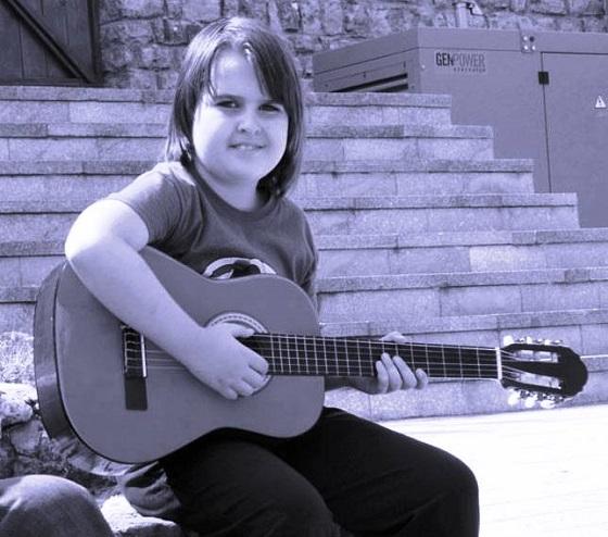 Milica sa novom gitarom