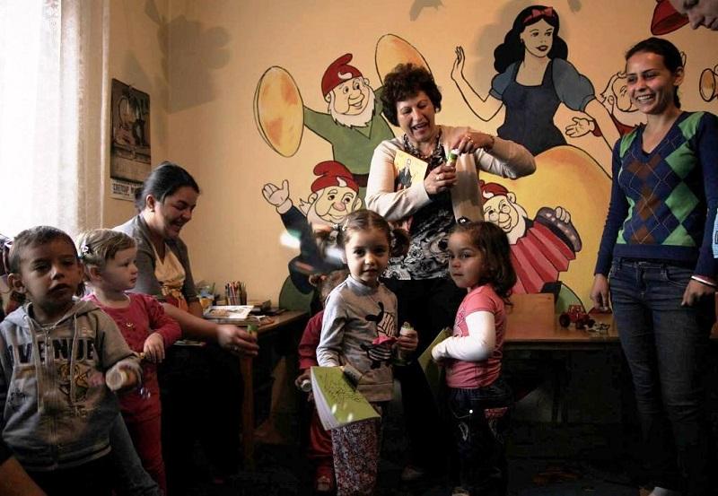 Rima sa decom i vaspitacicom u obdanistu